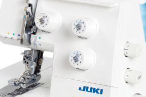 Juki MCS-1800 Bedienelemente und farbcodierte Fadenwege