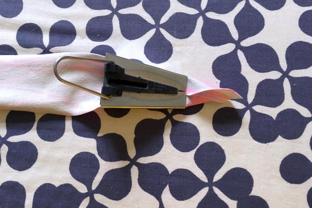 Schrägband in Schrägbandformer einfädeln
